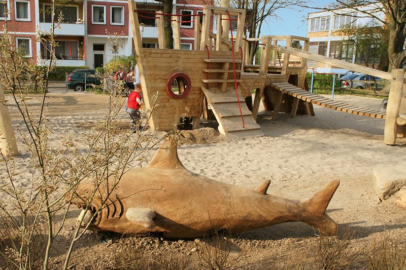 feature-kinderspielplatz-bismarckplatz-spielplatz-holzfigur-spielfigur-hai-klettern-boot