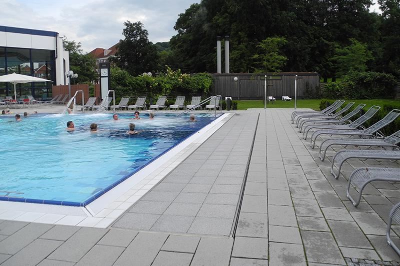 feature_landgrafentherme-bad-nenndorf-aussenbecken-schwimmen-liegen-bodenbelag-platten